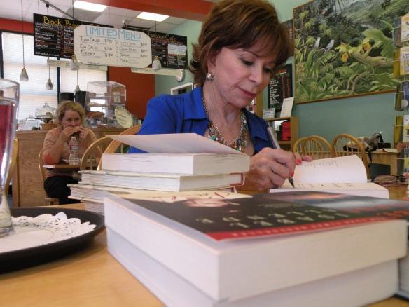 Isabel Allende firmando libros en su librería favorita Book Passage de Corte Madera. Foto: María A. Mejía