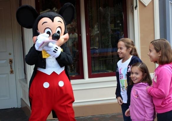 Isabel, Julia y Eugenia viajaron desde Argentina para conocer a Mickey Mouse.  Foto: María A. Mejía