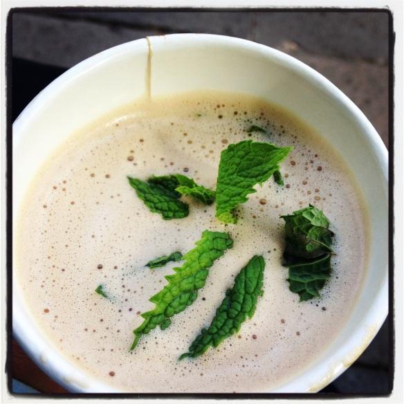 Café de Phil'z con hojas de menta. Foto: María A. Mejía