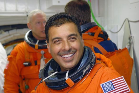 José Hernández con su uniforme de astronauta.
