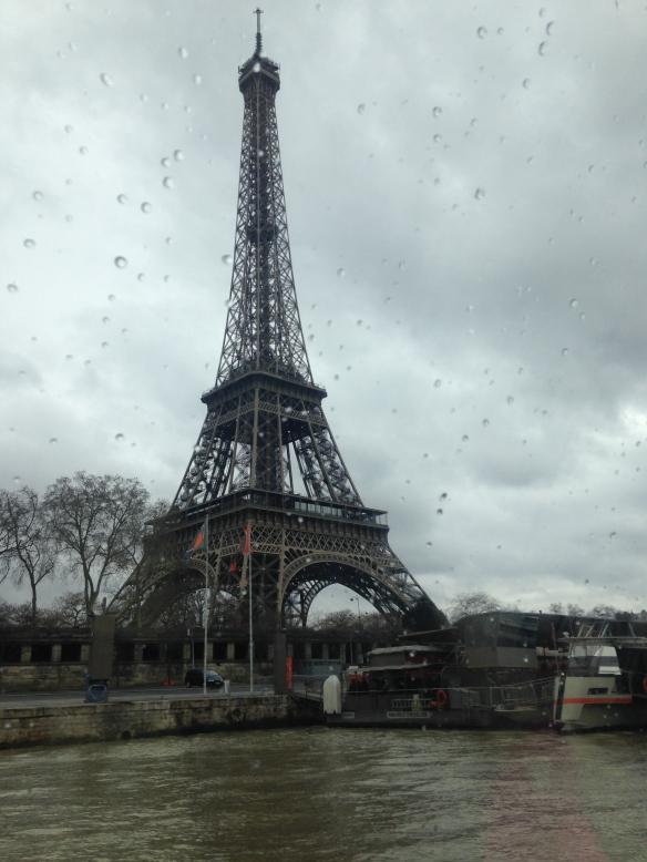 La Torre Eiffel en un día de lluvia. Foto: María A. Mejía